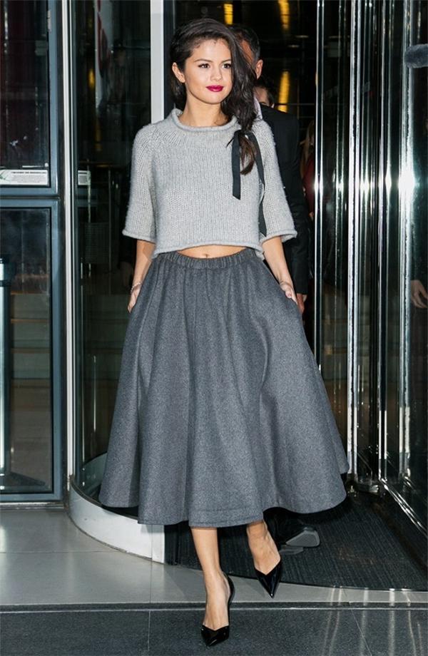 Chọn một màu chủ đạo: Với việc mặc nhiều sắc độ của màu ghi xám, Selena Gomez đã khiến set đồ trở nên thú vị và thời thượng hơn.