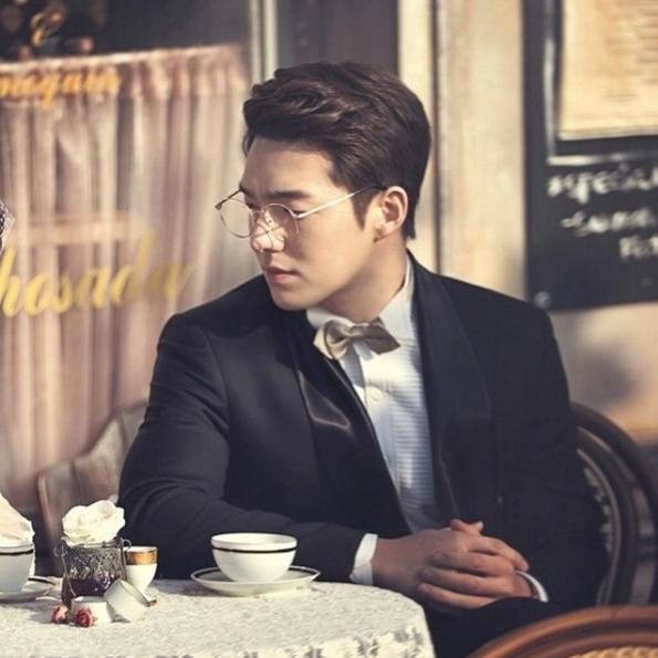 Choi Yong Ho điển trai, lịch lãm và nổi bật khí chất quý ôngtrong trang phục vest.