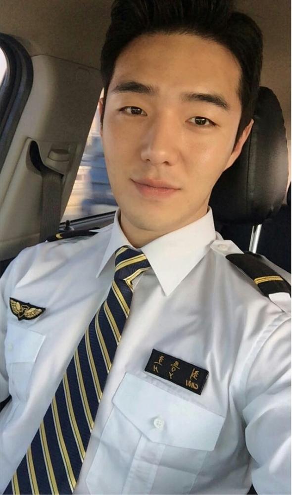 Yong Hovinh dựkhoác lên mình bộ trang phục phi công trước nhiều lời khen ngợi và chúc mừng của mọi người.