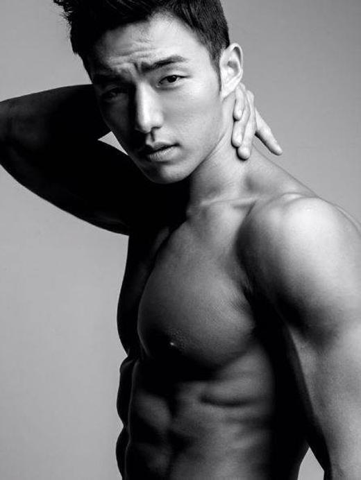 Yong Ho đời thường trẻ trung như bao chàng trai Hàn khác nhưng khi làm việc, ở anh lại toát lên một sự quyến rũ, hấp dẫnkhó cưỡng của người đàn ông trưởng thành.