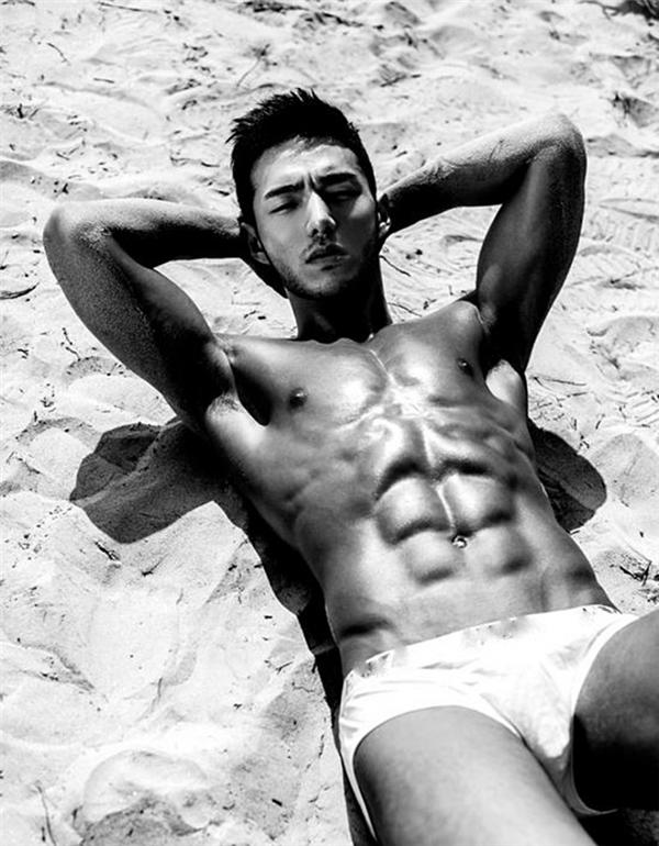 Với thân hình nóng bỏng và chuẩn chỉnh này, đến siêu mẫu nam cũng phải ghen tị với Yong Ho.