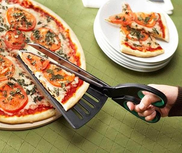 4. Chỉ cần gắn thêm một phần đỡ vào bên trái kéo, việc cắt những miếng pizza gọn gàng cho vào đĩa trở nên dễ dàng hơn bao giờ hết.