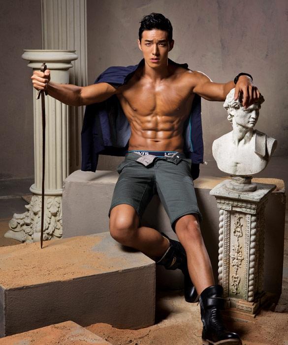 Không chỉ nổi tiếng với vẻ ngoài điển trai, Yong Ho còn được biết đến là người có học vấn cao.