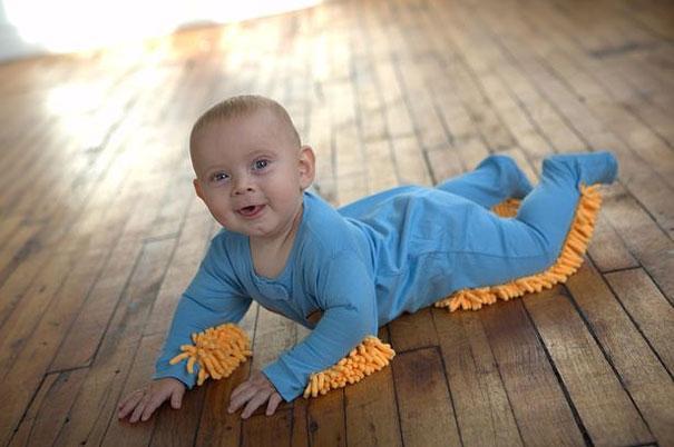 14. Thay vì mất cả ngày lau chùi chùi sàn nhà, hãy để bé vừa được lăn khắp nhà vừa lau dọn nhà hộ bạn luôn nhé!