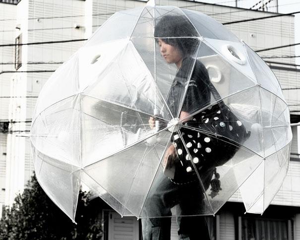 17. Thường khi đi trong những trận mưa to, bạn chẳng bao giờ khô ráo mà về nhà trong chiếc ô nhỏ được. Nhưng với chiếc ô 3D này thì bạn có thể tung tăng đi mưa mà không sợ ướt rồi.   18. Thiết kế ô cho chó này chắc chắn sẽ khiến những người thích đi dạo cùng cún cưng phát điên lên vì thích thú vì bạn đã chẳng bao giờ dám dắt cún đi chơi nếu trời có dấu hiệu âm u.