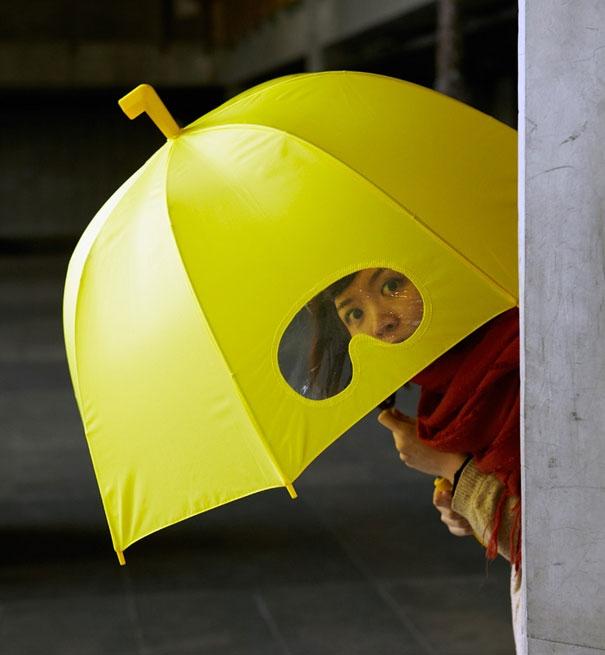 23. Khi mang ô đi đường, việc sợ nhất là nó sẽ cản tầm nhìn. Nhưng với khoảng ni lông trong suốt trên ô thế này thì mọi chuyện đã được giải quyết rồi.