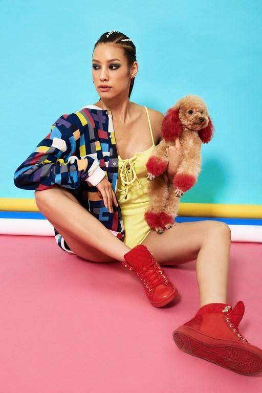 Nữ người mẫu mang đến bản hòa ca giữa những sắc màu cùng họa tiết hình học vô cùng thú vị.