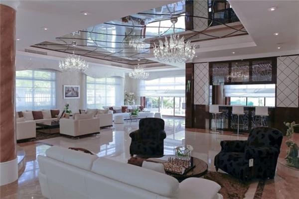 5. Biệt thự Emirates Hills giá 23,1 triệu USD: Dinh thự đắt đỏ này nằm gần sân golf nổi tiếng và một hồ nước yên tĩnh. Nó được xây dựng với một phong cách hiện đại của Đức. Các tiện nghi gồm tầng hầm lớn, nhà để xe chứa được 5 ô tô, một phòng tập thể dục, phòng massage và một nhà hát cá nhân. Ngoài ra, biệt thự còn có bể sục và thang máy để di chuyển.