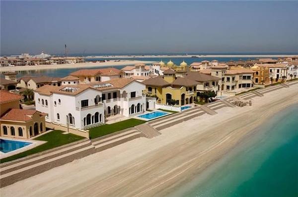 8. Biệt thự Palm Jumeirah Frond P, hơn 17 triệu USD: Là sản phẩm của kiến trúc sư người Ý, biệt thự mang nét kiến trúc chạm khắc vô cùng độc đáo như trần nhà và đèn chùm 80kg cao 3,5m.