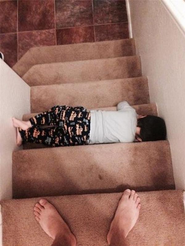 7. Cầu thang đang hỏng, chú ý không dẫm vào bậc màu đen - ghi.