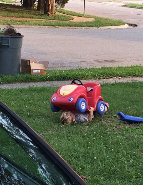 8. Các chú thợ vẫn thường chui xuống gầm ô tô để ngủ trưa mà, tại sao mình lại không trốn dưới đó được cơ chứ.