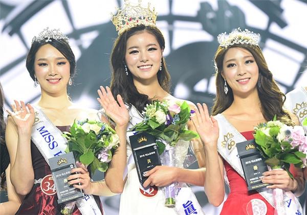 Hoa hậu Hàn Quốc sở hữu chiếc vương miện bằng vàng đính đá quý đỏ nổi bật, tân Hoa hậu sẽ có chiếc vương miện hoành tráng hơn hai mỹ nhân còn lại.