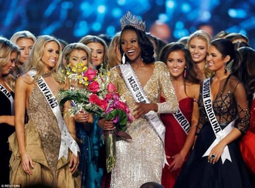 Vương miện của Hoa hậu Mỹ 2016, có cấu trúc khá giống với vương miện của Hoa hậu Hoàn vũ 2015.