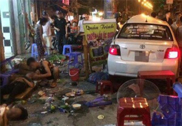 Chiếc ô tô tập lái gây tai nạn nghiêm trọng khi cua xe qua đường. (Ảnh: Internet)