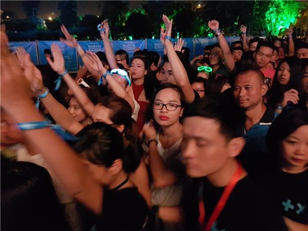19h00:hàng ngànngười xếp hàng vào cổng, rất đông nhưng cũng rất trật tự theo hàng lối ngay ngắn. Trong đám đông xếp hàng này bạn có nhận ra ai là người nổi tiếngkhông?