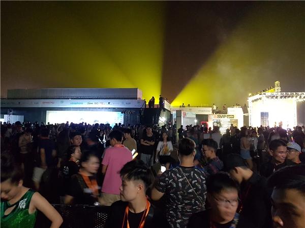 Từ ngoài cổng VIP nhìn vào bên trong rực rỡánh sáng, lúc này DJJay Hardway đang chơi. Tất cả là một không gian chật cứng, kể cả các quầy check-in.