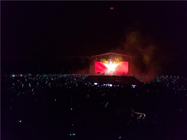 Toàn cảnh khu GA trung tâm. Cả vũ trường muốn nổ tung khi lá cờ Việt Nam được đưa lên màn hình chính.