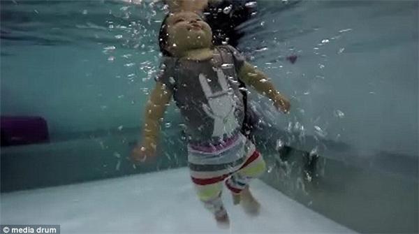 Rất nhiều đứa trẻ đã được học bơi ngay từ nhỏ để sinh tồn.
