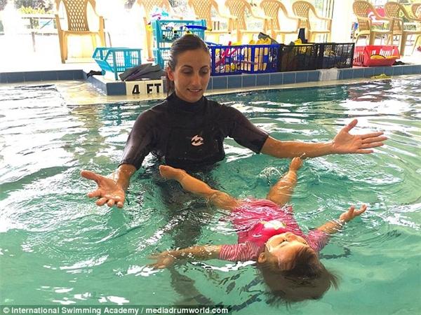 Silvia Garcia và Miguel Jerezcoi việc dạy các em bé học bơi là một nhiệm vụ ý nghĩa.