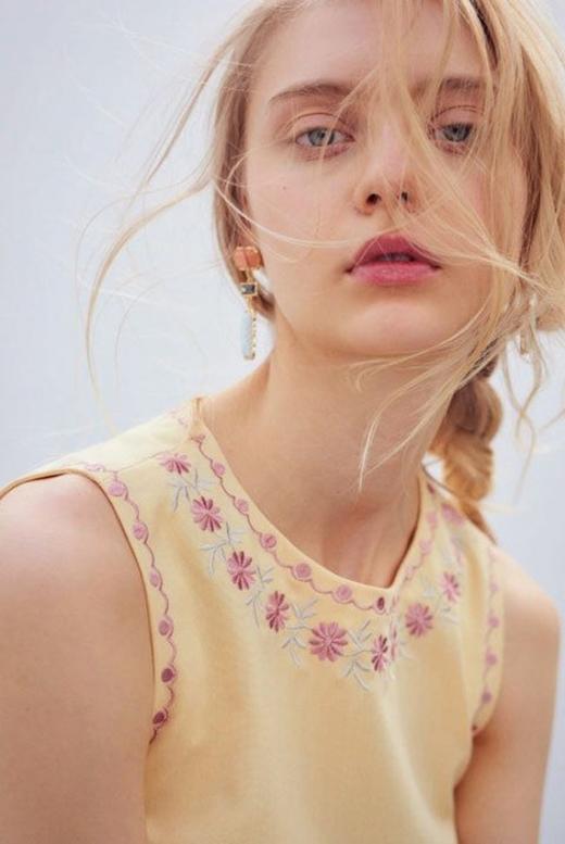 Thần thái đầy ma mị của cô siêu mẫu 20 tuổi người Nga.