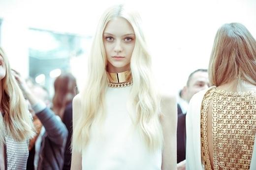 Mái tóc vàng óng chính là điểm đặc biệt của cô gái này nêndù đã tham gia làng người mẫu được 4 năm, cô vẫn chưa một lần đổi màu tóc.