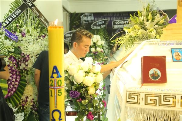 Đàm Vĩnh Hưng quỳ khóc bên linh cữu Minh Thuận - Tin sao Viet - Tin tuc sao Viet - Scandal sao Viet - Tin tuc cua Sao - Tin cua Sao