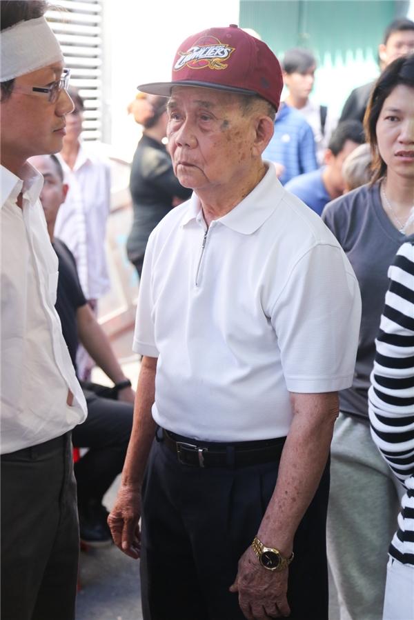 Ba của Minh Thuận dù tuổi đã cao, sức khỏe yếu nhưng vẫn bình tâm, nén nỗi đau để lo hậu sự cho con trai. - Tin sao Viet - Tin tuc sao Viet - Scandal sao Viet - Tin tuc cua Sao - Tin cua Sao