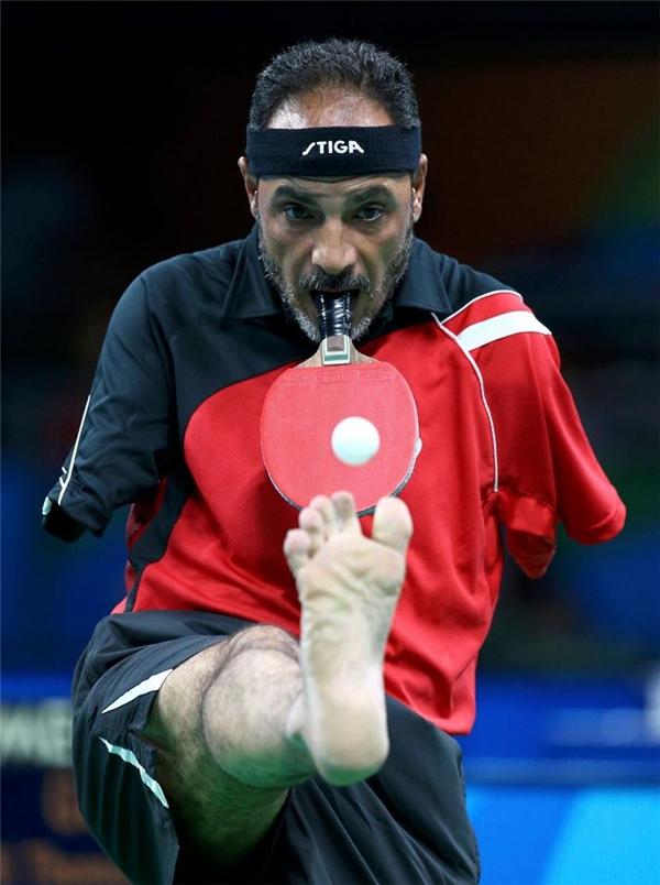 Ibrahim Hamadtou, VĐV người Ai Cập đang thi đấu trong nội dung bóng bànđồng đội C6. Ông vinh dự được xem như huyền thoại tại Paralympickhi chơi bóng bànmà không cần tay. (Ảnh:Pilar Olivares)