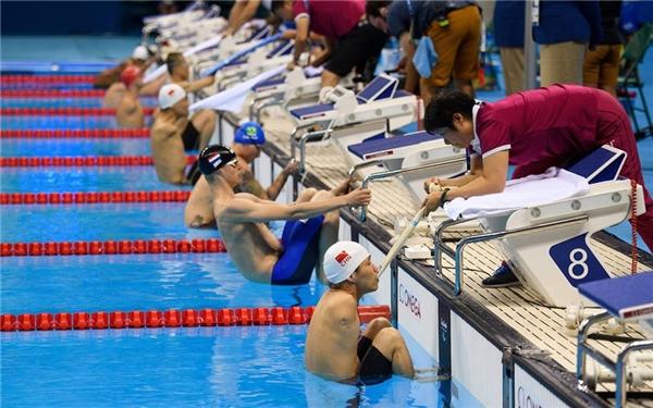 Lou Fangyou, VNĐ Trung Quốc ở làn bơisố 7 chuẩn bị cho vòng chung kết bơi ngửa 100mnam tại Paralympic2016. (Ảnh:Bob Martin)