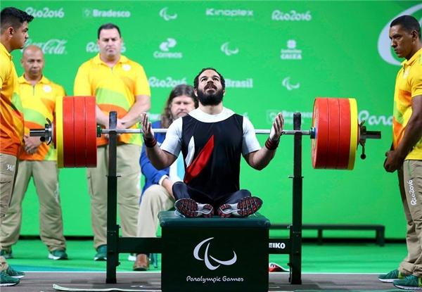Sherif Osman, VĐV người Ai Cập đang thi đấu trong vòng chung kết cho nội dungcử tạ nam 59kg ở Paralympics2016. Anh giành được HCV và phá vỡ kỉ lục Paralympic và thế giới.Anh cũng từnggiành được HCV 3 lần liên tiếp vào ParalympicRio năm 2016, Bắc Kinh 2008 và London 2012. (Ảnh:Pilar Olivares)