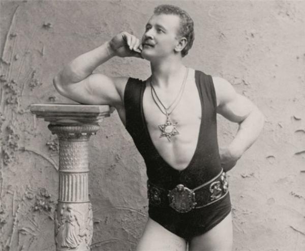 Eugen Sandow chính là biểu tượng của những người đàn ông hấp dẫn vào đầu thế kỉ 20. Được mệnh danh là cha đẻ của bộ môn body building hiện đại, các màn trình diễn của Eugen luôn thu hút đông đảo phái nữ.