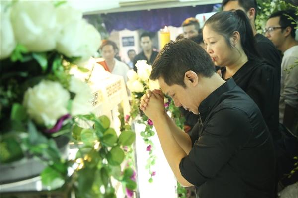 Minh Nhí và Hồng Vân khóc nức nở khi đứng bên linh cữu của Minh Thuận - Tin sao Viet - Tin tuc sao Viet - Scandal sao Viet - Tin tuc cua Sao - Tin cua Sao
