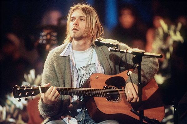 Những năm 90 là thời đại của nhạc rock vì vậy hầu hết mọi người không quá chú tâm vào trang phục cũng như ngoại hình, thế nhưng chính vì vậy mà vẻ đẹp tự nhiên vốn có của các anh chàng lại càng nổi bật hơn trong vẻ ngoài bụi bặm, vànổi bật nhất chính là Kurt Cobain.