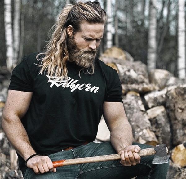 Ai nói chỉ có phụ nữ mới để tóc dài? Hiện này các anh chàng trên thế giới đang thi nhau để râu và tóc dài bởi nó mang lại một cảm giác vô cùng tự do, phóng khoáng và mạnh mẽ.