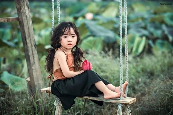 Bộ ảnh bé San San chụp với hoa sen còn được trang mạng nước ngoài đưa tin.