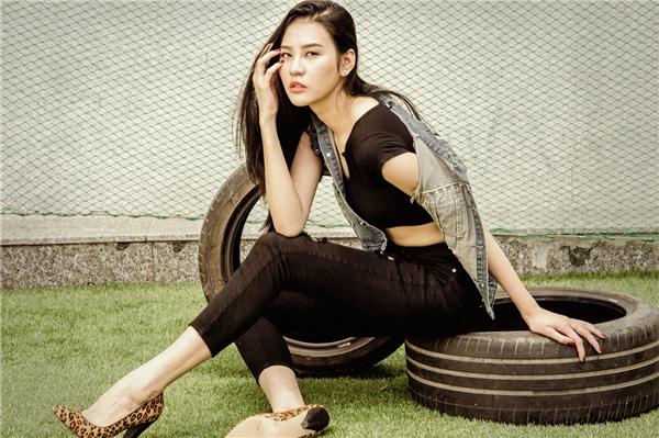 Phan Hà Phương khoe eo thon, dáng chuẩn bên đàn em