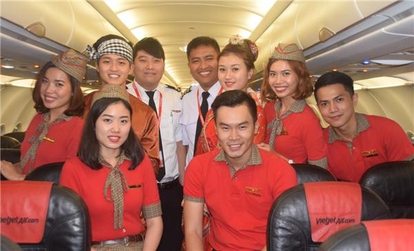 Chị Hằng xinh xắn cùng chú Cuội và phi hành đoàn đã sẵn sàng chào đón các hành khách trên chuyến bay Trung thu đặc biệt.