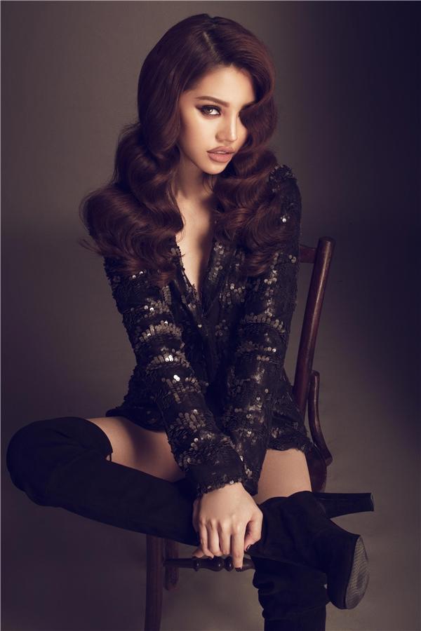 Với trang phục có sắc đen huyền diệu, cá tính, Jolie Nguyễn trông càng thu hút hơn. Đây cũng là phong cách, hình ảnh mà cô xây dựng trong lòng khán giả vừa qua. Kết hợp cùng trang phục là đôi boots da cao cổ đặc trưng của mùa thời trang Thu - Đông.