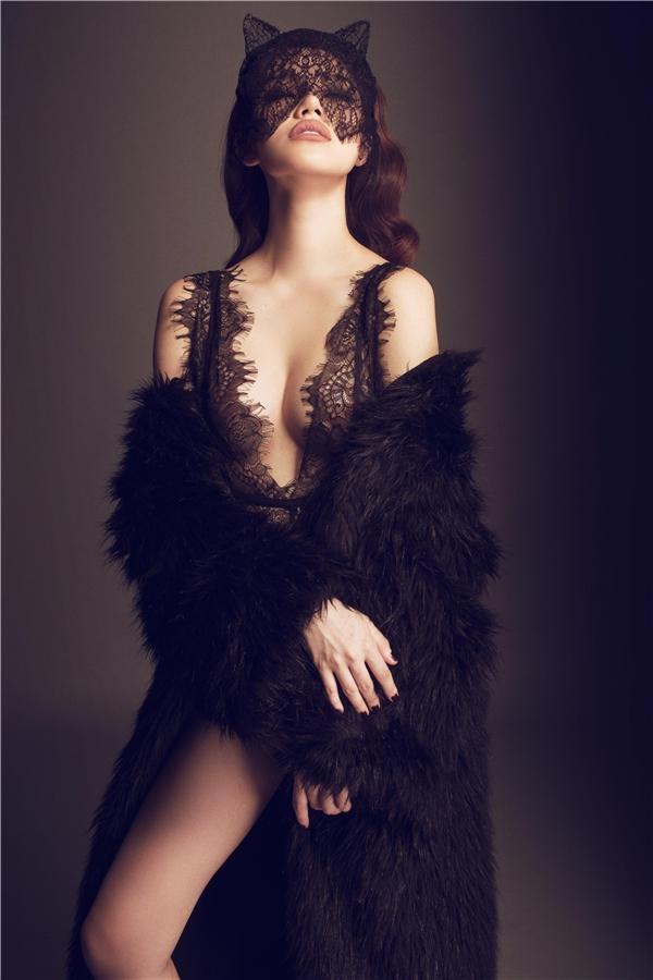 Dù có chiều cao khiêm tốn 1m70 nhưng cách diện trang phục thông minh luôn giúp Jolie trông cao, thanh thoát hơn thực tế.