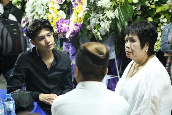 Noo ngồi nói chuyện với mẹ nuôi của Minh Thuận. - Tin sao Viet - Tin tuc sao Viet - Scandal sao Viet - Tin tuc cua Sao - Tin cua Sao