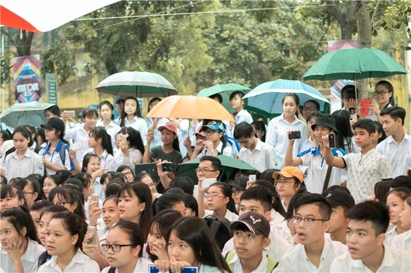 Tại trường THPT Lý Thái Tổ dù mưa lớn nhưng teen vẫn tham gia nhiệt tình.
