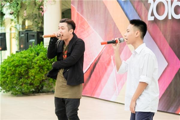 Bạn Phạm Nam Hải (THPT Cầu Giấy) đọc rap cùng Yanbi.