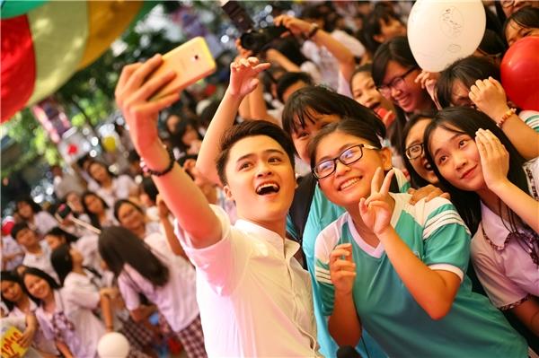Nam ca sĩ Đào Ngọc Sang được các bạn học sinh cực kì yêu mến.