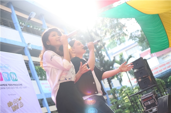 Nam ca sĩ Taro Hồng Đức kết hợp cùng Selina trong bài hát Bốn chữ lắm.
