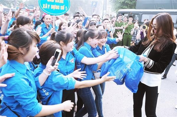 Siêu mẫu Thanh Hằng, đại sứ nhãn hàng dầu gội Clear Việt Nam tặng quà cho đoàn viên thanh niên.