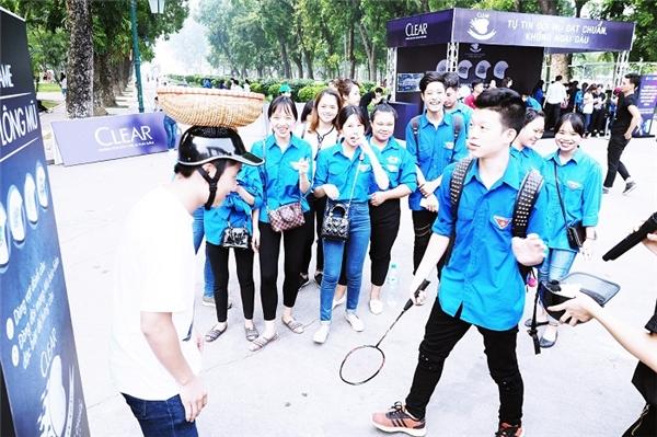 Các bạn trẻ Hà Nội thích thú phong trào độ nón bảo hiểm cực ngầu