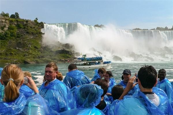 Nhưng thực ra bạn phải mặc áo mưa để tránh bị ướt nhẹp khi đến gần con thác dữ dội này.