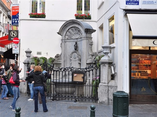 Tại sao nhỉ? Nó chỉ là một bức tượng cao 61 cm, nằm ở một góc của con phố đi bộ sầm uất.