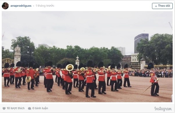 Du khách rất thích thú khi chứng kiến nghi thức đổi gác của cảnh vệ Cung điện Buckingham (London, Anh).