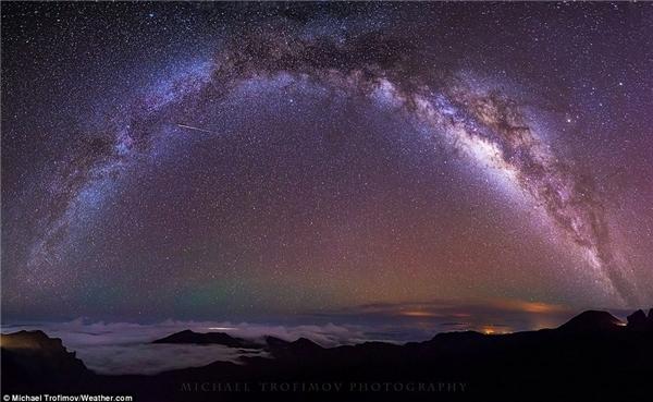 Michael Trofimov chụp ảnh dải ngân hà trên đỉnh núi lửa Haleakala của Maui. Anh cho biết trên đảo có rất ít đô thị nên có thể nhìn rất rõ sao trên trời.